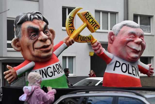 """A float depicts Hungarian Prime Minister Viktor Orban, left, and Polish PiS party leader Jaroslaw Kaczynski with hammer and sickle and the writing """"right dictatorships"""" during the traditional Rose Monday parade in Duesseldorf, Germany, Shrove Monday, February 12, 2018. (Photo by Martin Meissner/AP Photo)"""