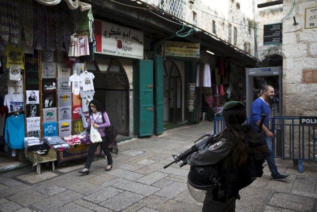 An Israeli border policewoman stands guard near Abu Shukri's hummus restaurant in Jerusalem's Old City October 29, 2015. (Photo by Ronen Zvulun/Reuters)