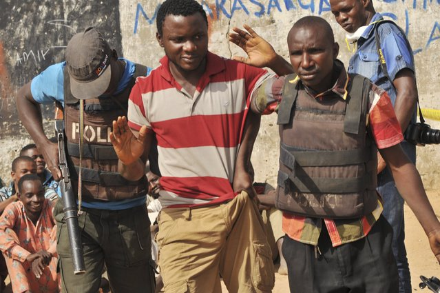 Police officers a suspect during a drug bust at Gwale, Kano State, Nigeria November 13, 2015. November 13, 2015. (Photo by Reuters/Stringer)