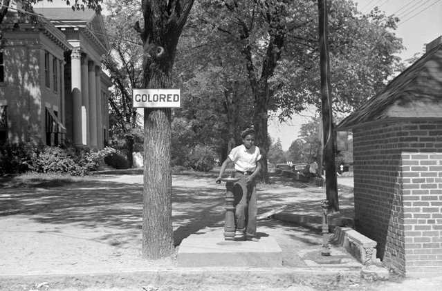 A drinking fountain on the county courthouse lawn in Halifax, North Carolina, April 1938. (Photo by Reuters/Library of Congress)