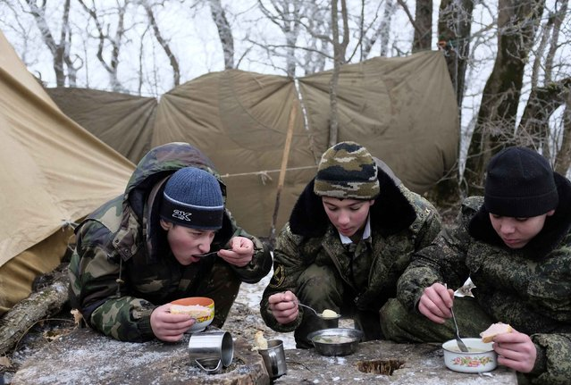 Students from the General Yermolov Cadet School have their meals during a field exercise outside the south Russian city of Stavropol January 24, 2015. (Photo by Eduard Korniyenko/Reuters)