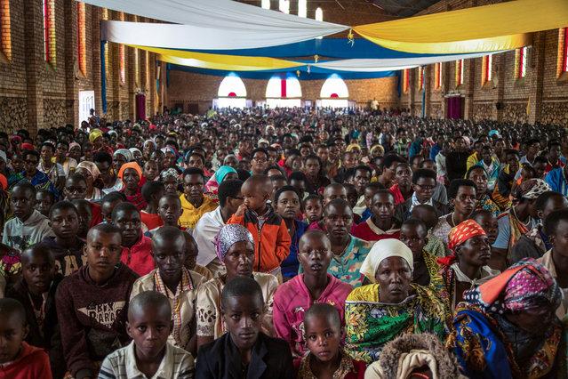 Catholic devotees attend Easter mass at La paroisse Saint Aloys d'Ijenda in Ijenda, Burundi, on April 4, 2021. (Photo by Tchandrou Nitanga/AFP Photo)