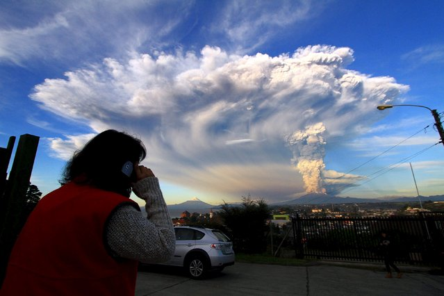 Smoke and ash rise from the Calbuco volcano, seen from Puerto Varas city, south of Santiago, April 22, 2015. (Photo by Carlos Gutierrez/Reuters)