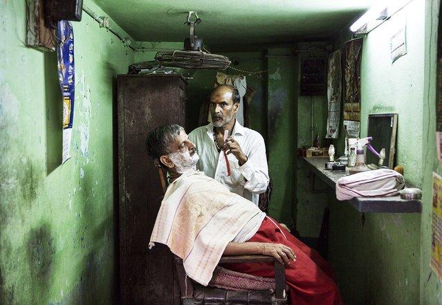 """""""Barbero"""". Un barbero en los estrechos y bulliciosos callejones de Varanasi. Photo location:  Varanasi, India. (Photo and caption by Joaquín Vergara Fuenzalida/National Geographic Photo Contest)"""