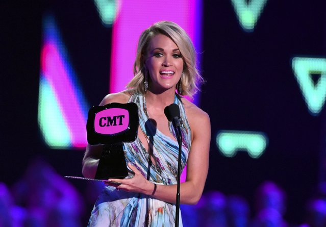 "Singer Carrie Underwood accepts the award for Female Video of the Year for ""Smoke Break"" during the 2016 CMT Music Awards in Nashville, Tennessee U.S. June 8, 2016. (Photo by Harrison McClary/Reuters)"