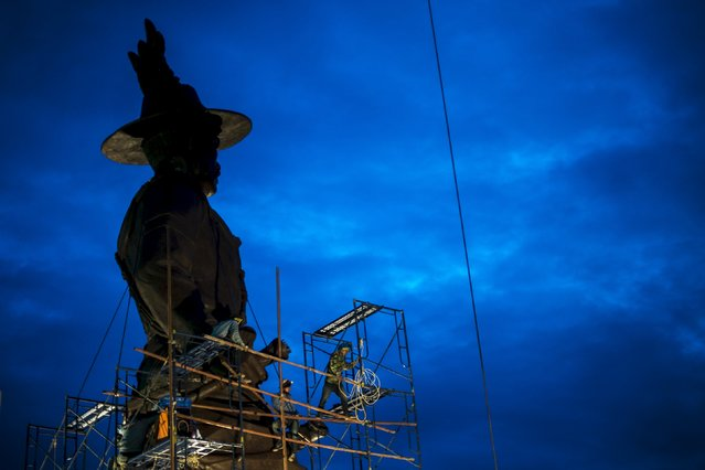 Labourers work on giant bronze statue of former King Taksin at Ratchapakdi Park in Hua Hin, Prachuap Khiri Khan province, Thailand, August 4, 2015. (Photo by Athit Perawongmetha/Reuters)