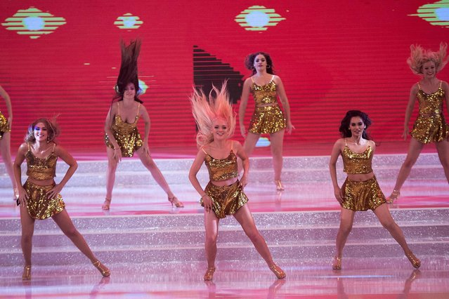 Contestants dance during the 67th Miss World contest final in Sanya, on the tropical Chinese island of Hainan on November 18, 2017. (Photo by Nicolas Asfouri/AFP Photo)