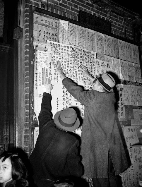 War bulletins describing the Japanese attack on  the U.S. are posted in English and Chinese in New York's Chinatown in lower Manhattan, December 7, 1941. (Photo by Associated Press)