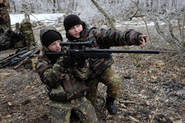 Students from the General Yermolov Cadet School aim an automatic rifle during a field exercise outside the south Russian city of Stavropol January 25, 2015. (Photo by Eduard Korniyenko/Reuters)