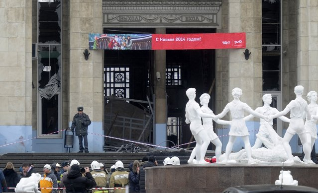 A police officer guards a main entrance to the Volgograd railway station hit by an explosion, in Volgograd, Russia,  Sunday, December 29, 2013. (Photo by AP Photo)