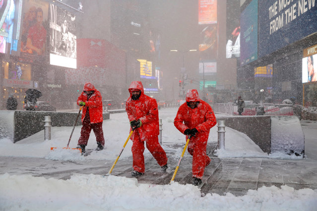 Workers shovel snow in Times Square as heavy snow falls in Manhattan, New York, U.S., February 9, 2017. (Photo by Andrew Kelly/Reuters)