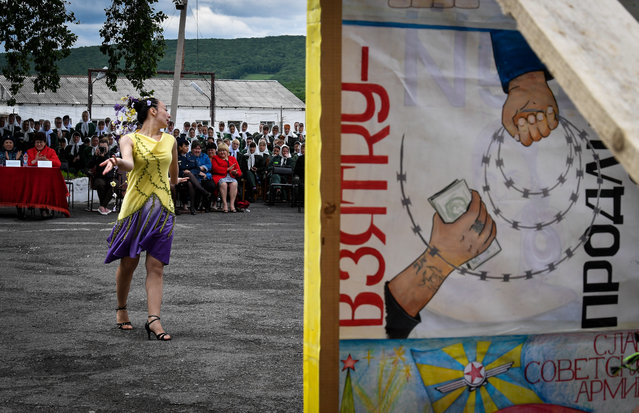 A convict showcases a creation during a fashion show at female penal colony No 10 in the village of Gornoye, Primorye Territory, Russia on June 7, 2017. (Photo by Yuri Smityuk/TASS)