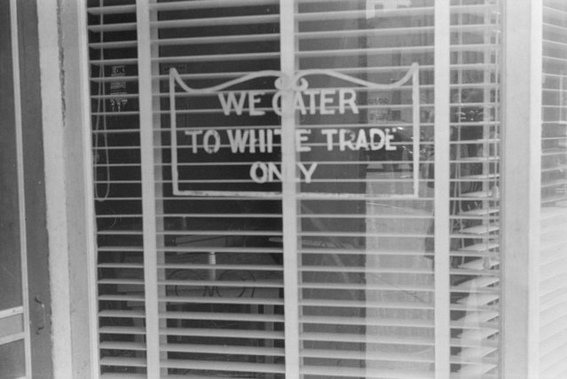 A sign on a restaurant in Lancaster, Ohio, August 1938. (Photo by Reuters/Library of Congress)