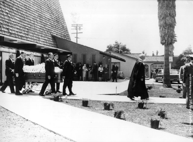 10th August 1962:  The funeral of American film star Marilyn Monroe (Norma Jean Mortenson or Norma Jean Baker, 1926 - 1962)