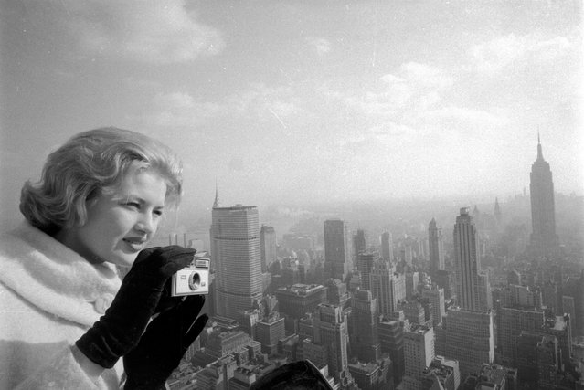 Diane Sawyer, 17, America's Junior Miss of 1963, takes a few snapshots of New York's skyline on March 18, 1963. (Photo by AP Photo)