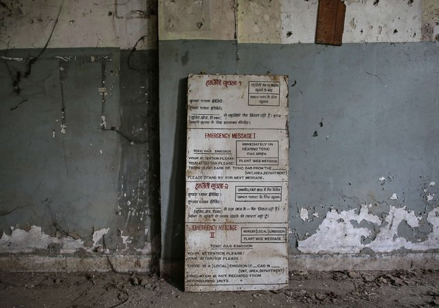 A sign outlining emergency procedures, in the event of a gas leak, stands against a wall in the control room of the abandoned former Union Carbide pesticide plant in Bhopal November 11, 2014. (Photo by Danish Siddiqui/Reuters)