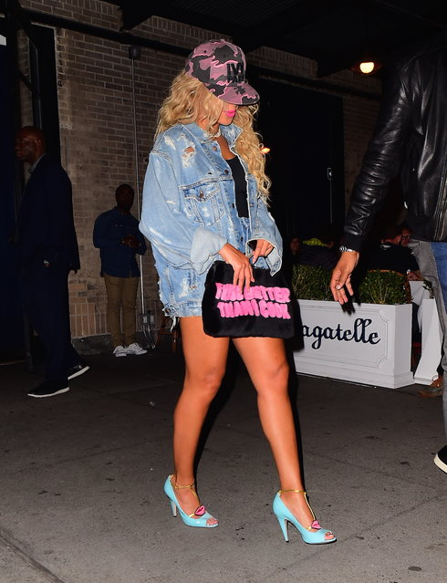 "Beyonce and Jay Z were spotted leaving Bagatelle Restaurant in the Meatpacking District on Monday night, October 3, 2016. Beyonce wore a Denim jacket with high waisted jean shorts, while carrying a Black and pink clutch which proclaimed ""I KISS BETTER THAN I COOK"". She finished her look with a Camouflage hat from her Ivy Park collection. (Photo by 247PAPS.TV/Splash News)"