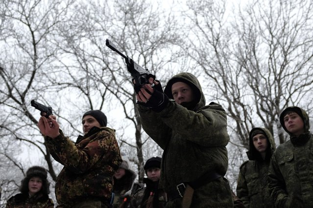 Students from the General Yermolov Cadet School aim using guns during a field exercise outside the south Russian city of Stavropol January 24, 2015. (Photo by Eduard Korniyenko/Reuters)