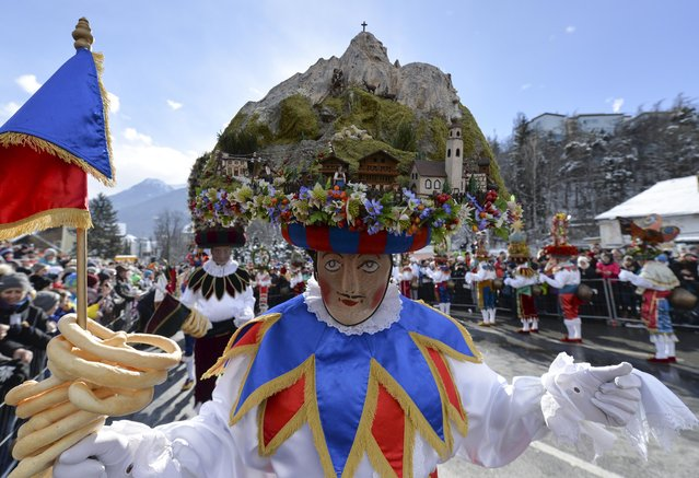 Costumed people take part in the traditional Schleicherlaufen parade in Telfs (Tyrol), Austria, February 1, 2015. The carnival event is held every five years since 1890. (Photo by EPA/ZeitungsFoto)