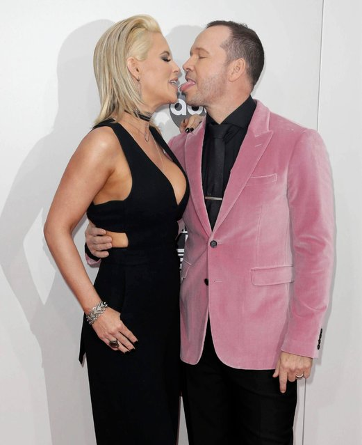 Jenny McCarthy (L) and Donnie Wahlberg arrive for the 2016 American Music Awards at the Microsoft Theatre in Los Angeles, California, USA, 20 November 2016. (Photo by Paul Buck/EPA)