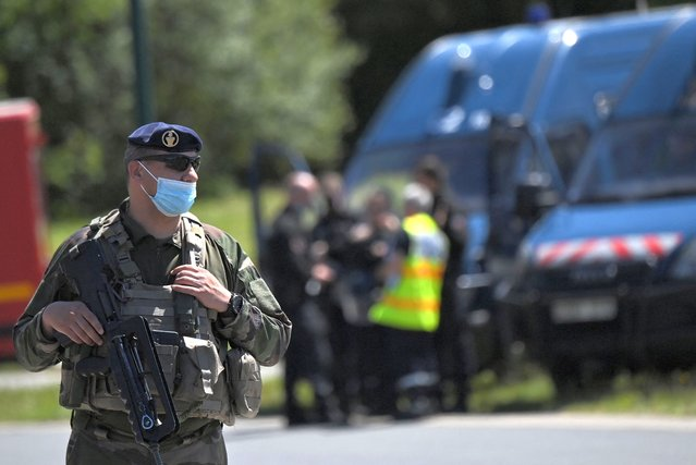 French soldiers are seen after a municipal policewoman was attacked with a knife on May 28, 2021, in La Chapelle-sur-Erdre, near Nantes, western France. A suspect ran away after a knife attack on a policewoman. (Photo by Loic Venance/AFP Photo)