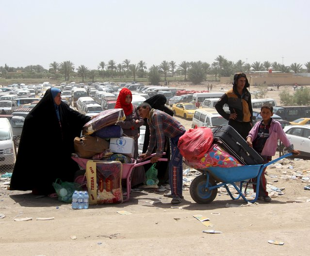 Displaced Sunni people, who fled the violence in the city of Ramadi, arrive at the outskirts of Baghdad, April 18, 2015. (Photo by Reuters/Stringer)