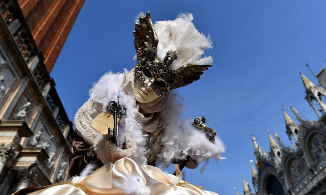 Revellers dressed in masks and period costumes take part in the Venice Carnival on February 19, 2017 in Venice. (Photo by Alberto Pizzoli/AFP Photo)