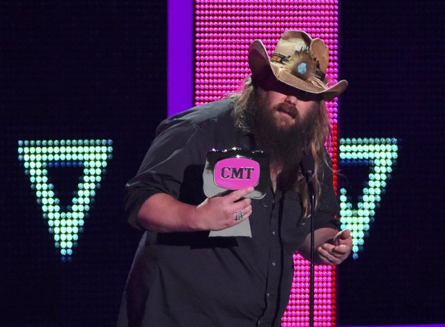 "Musician Chris Stapleton accepts the Break Through Video of the Year award for ""Fire Away"" at the 2016 CMT Music Awards in Nashville, Tennessee, U.S. June 8, 2016. (Photo by Harrison McClary/Reuters)"