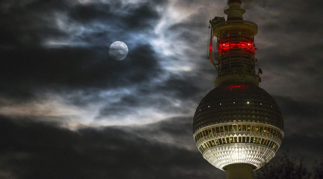 The television tower is pictured against the backdrop of clouds and the moon in Berlin November 6, 2014. (Photo by Hannibal Hanschke/Reuters)