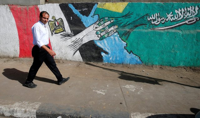 A man walks past graffiti depicting relations between Egypt and Saudi Arabia in Cairo, Egypt, October 12, 2016. (Photo by Amr Abdallah Dalsh/Reuters)
