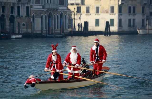 People dressed as Santa Claus row a boat on Venice's Grand Canal, in northern Italy, December 20, 2015. (Photo by Manuel Silvestri/Reuters)