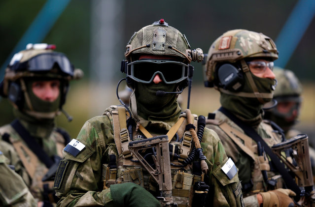 """Members of Poland's special commando unit Lubliniec look on during the """"Noble Sword-14"""" NATO international tactical exercise at the land forces training centre in Oleszno, Poland, September 9, 2014. (Photo by Kacper Pempel/Reuters)"""