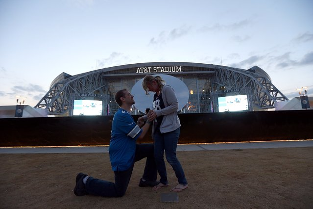Bradley Herzog gets on one knee to propose marriage to Tabitha Lannet of Battle Creek, Michigan outside of AT&T Stadium before a game between the Detroit Lions and the Dallas Cowboys on December 26, 2016 in Arlington, Texas. (Photo by Ronald Martinez/Getty Images)