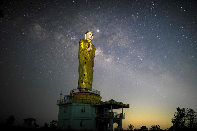 This long-exposure picture shows the Milky Way behind a statue of Buddah in Taikkyi early on April 9, 2019. (Photo by Ye Aung Thu/AFP Photo)