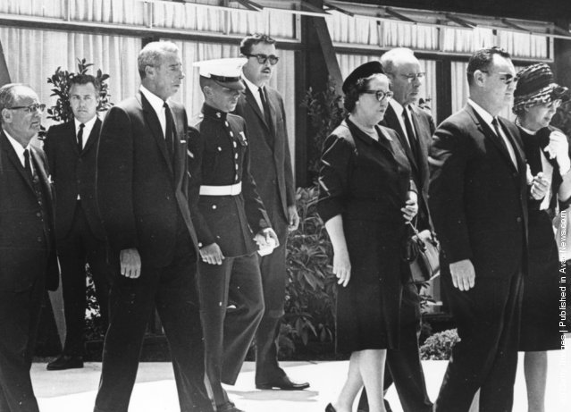 10th August 1962:  American baseball player Joe DiMaggio attends the funeral of film star Marilyn Monroe (1926 - 1962) with his son Joe Junior and Monroe's half-sister Bernice Miracle