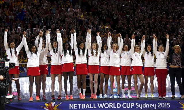 England netball coach Tracey Neville (R) reacts with players before being presented with their medals after finishing third at the Netball World Cup in Sydney, Australia, August 16, 2015. (Photo by David Gray/Reuters)