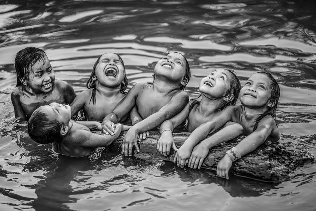 Kaxinaw children in the Jordo river, state of Acre, Brazil on October 9, 2016 .(Photo by Ricardo Stuckert/Caters News Agency)