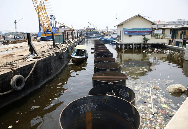 A view of a section of the new seawall being constructed next to the existing one (R) in Muara Baru, north Jakarta September 30, 2014. (Photo by Darren Whiteside/Reuters)
