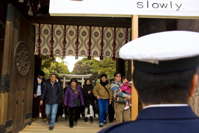 People arrive at the Shinto Meiji Shrine to pray on the first day of the new year in Tokyo January 1, 2015. (Photo by Thomas Peter/Reuters)