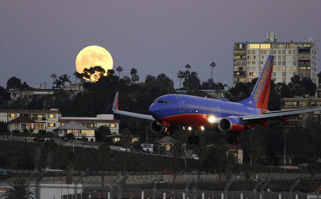 A Southwest Airlines Flight arrives at San Diego's Lindbergh Field as the Super Moon rises in the East on November 13, 2016 in San Diego, California, U.S. (Photo by John Gastaldo via ZUMA Wire)