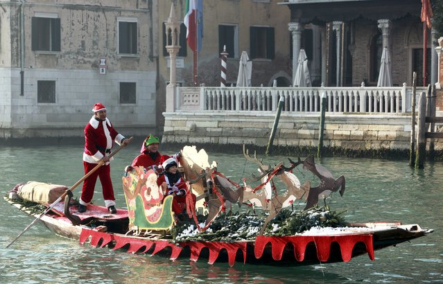 People dressed as Santa Claus travel in a boat on Venice's Grand Canal, in northern Italy, December 20, 2015. (Photo by Manuel Silvestri/Reuters)