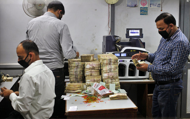 Bank employees count old 500 Indian rupee banknotes inside a bank in Jammu November 11, 2016. (Photo by Mukesh Gupta/Reuters)