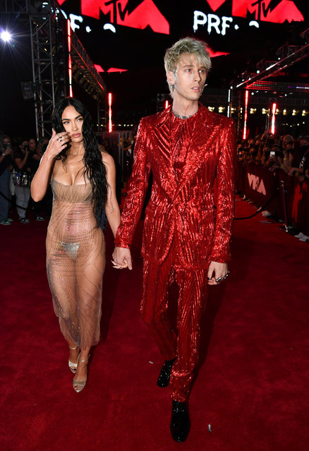 US rapper Machine Gun Kelly and US actress Megan Fox arrive for the 2021 MTV Video Music Awards at Barclays Center in Brooklyn, New York, September 12, 2021. (Photo by Jeff Kravitz/MTV VMAs 2021/Getty Images for MTV/ViacomCBS)