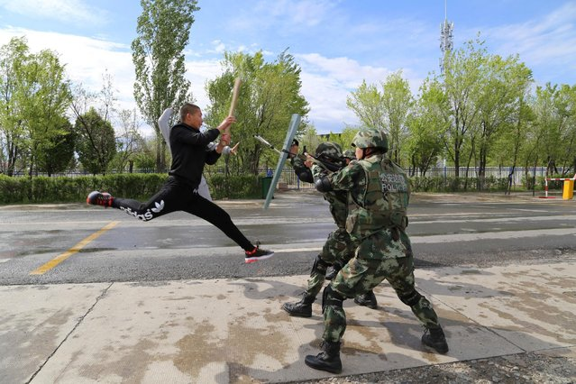 Border police take part in an anti-terrorism drill near Baketu border in Tacheng, Xinjiang Uighur Autonomous Region, China, April 28, 2016. (Photo by Reuters/China Daily)