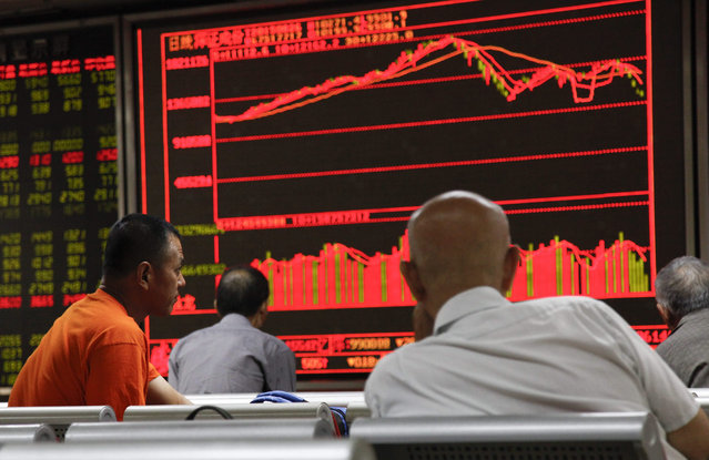 Investors monitor stock data on an electronic board at a securities brokerage house in Beijing, China, 26 August 2015. The benchmark Shanghai Composite Index closed down 1.27 per cent on 26 August despite fresh measures introduced after sharp stock plunges in previous days. The Shenzhen Component Index closed down 2.92 per cent while the ChiNext Index the ChiNext Index, which tracks tech and other growth enterprises, plunged 5.06 per cent. (Photo by Rolex Dela Pena/EPA)