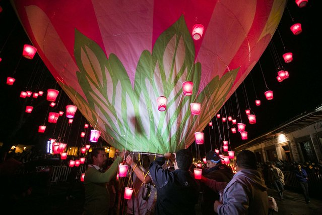 People rise balloons during the second day of the International Cantoya Festival in Patzcuaro, Michoacan State, Mexico on July 16, 2016. (Photo by Enrique Castro/AFP Photo)