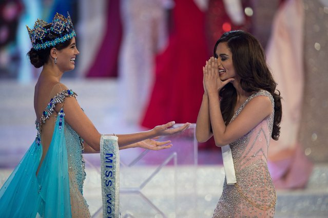 Miss World 2016 Stephanie Del Valle (L) congratulates Miss India Manushi Chhilar (R) after she wins the 67 th Miss World contest final in Sanya, on the tropical Chinese island of Hainan on November 18, 2017. (Photo by Nicolas Asfouri/AFP Photo)