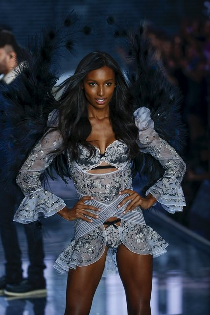A model presents a creation during the 2015 Victoria's Secret Fashion Show in New York, November 10, 2015. (Photo by Lucas Jackson/Reuters)