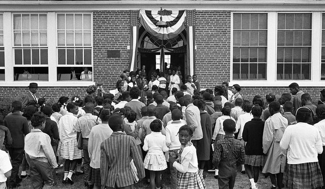School children entering the Mary E. Branch School at S. Main Street and Griffin Boulevard, in Farmville, Prince Edward County, Virginia, September 16, 1963. (Photo by Reuters/Library of Congress)