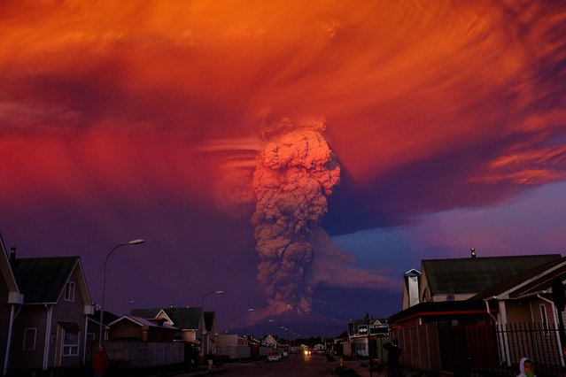 General view of Chilean Calbuco volcano from Puerto Montt, located at 1000 km southern Santiago de Chile, Chile, 22 April 2015. Due to the eruption of the volcano with a smoke column 20 km high, authorities declared a red alert and ordered the evacuation of around 1500 inhabitants of Ensenada, Alerce, Colonia Río Sur and Correntoso towns. (Photo by Alex Vidal Brecas/EPA)